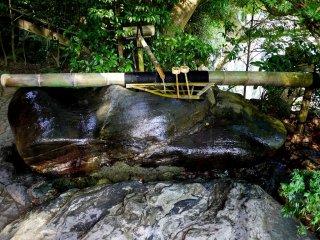 Vòi phun nước ống tre và bể nước bằng đá