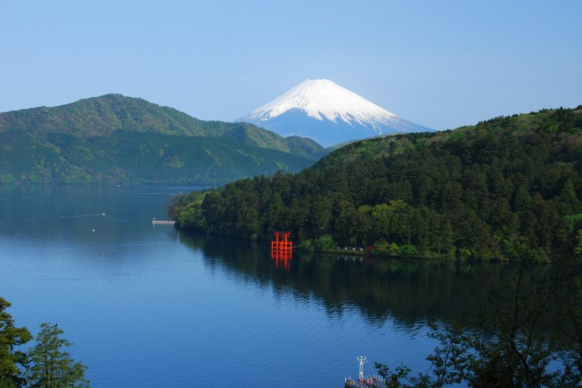 One of the most typical and lovely photos of Hakone depicts this scene: A deep blue sky, Ashinoko Lake, Mt. Fuji in the background, and a red shrine gate at the water's edge. That red gate that you see is the entrance to Hakone Shrine.