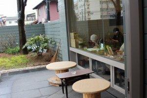 カフェ内部とテラス席を入り口から臨む