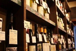 棚には主にフランス・イタリアの有機ワインがずらり。丁寧な解説のカードが添えてある