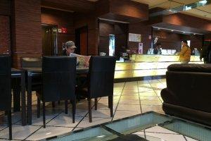 lobby โรงแรมค่ะ reception น่ารักและใจดีมาก ถึงจะพูดภาษาอังกฤษไม่ค่อยได้ แต่ก็ให้บริการเต็มที่ไปเลย