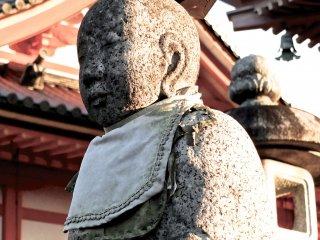 절앞에서 이 동상또한 일몰을 즐기고 있다