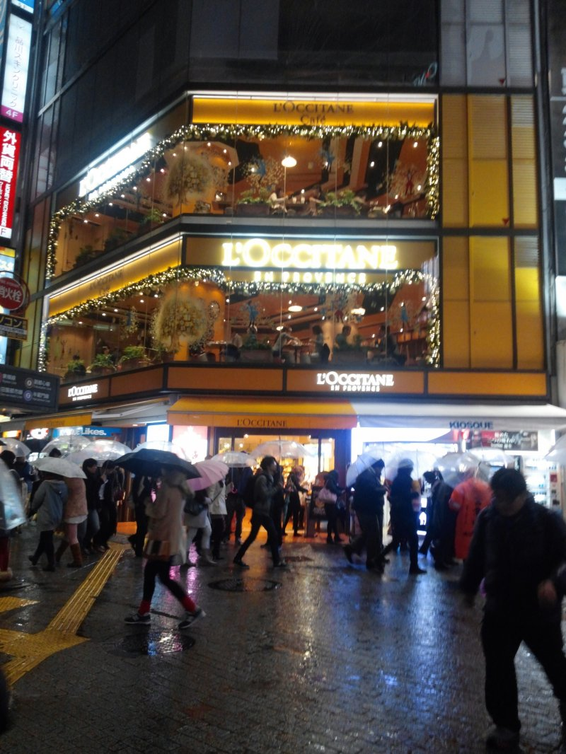 <p>Looking up at the L&#39;Occitane cafe from the famous Shibuya&nbsp;crossing&nbsp;</p>