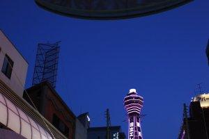 แสงสียามค่ำคืนขอหอคอยซึเท็นกากุ (Tsutenkaku Tower) และบริเวณโดยรอบในอีกมุมมองของย่านชินเซไก (Shinsekai) ซึ่งมีชีวิตชีวาแตกต่างไปอีกรูปแบบ