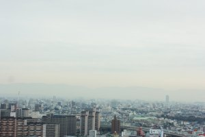 หนึ่งในวิวเมืองโอซาก้าในมุมสูงที่เราสามารถมองเห็นความสวยงามนี้ได้จากชั้นบนสุดของหอคอยซึเท็นกากุ (Tsutenkaku Tower) ซึ่งเราจะเห็นวิวเมืองได้กลสุดลูกหูลูกตาตลอดแถบคันไซเลยทีเดียว