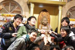 บนหอคอยซึเท็นกากุ (Tsutenkaku Tower) นั้นยังมีเอกลักษณ์และสัญลักษณ์ของโอซาก้าที่น่าสนใจอีกอย่างนั่นก็คือตุ๊กตาไม้ตัวอ้วนกลมนั่งยิ้มแป้นที่เรียกกันว่า Billiken นั่นเอง ซึ่งตุ๊กตานี้เป็นตัวแทนของเทพแห่งความโชคดีมีสุข (God of Happiness & Good Luck) อันถือเป็นเครื่องรางนำโชคสากลที่รู้จักกันอย่างแพร่หลาย ต้นฉบับของตุ๊กตานี้ถูกสร้างสรรค์ขึ้นในปี ค.ศ.1908 โดยศิลปินชาวอเมริกัน Florence Pretz ซึ่งเขาบอกว่าวาดมาจากรูปร่างของพระเจ้าแห่งความโชคดีที่ปรากฏกายขึ้นในฝันของเขา