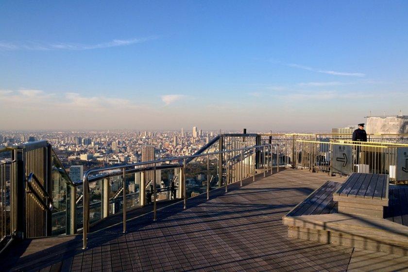มุมมองเมือง : สแตนด์ไม้สวยเก๋บนชั้นดาดฟ้า Sky Deck ของ Tokyo City View นี้ ให้เราได้นั่งเล่นอ้าแขนรับลมพร้อมชิลล์ชมวิวเมืองโตเกียวได้อย่างสุดลูกหูลูกตา