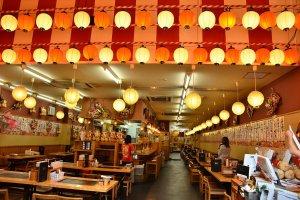 ภายในร้าน Kushi-katsu นั้นถูกประดับตกแต่งด้วยไฟอย่างมีเอกลักษณ์