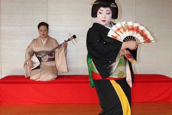 舞は糸扇家ひさ乃。三味線は糸扇家まどか。芦原芸妓として、親子で日本伝統芸能を伝承する