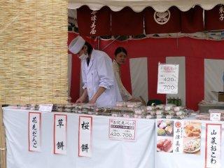 Penjual dango-mochi dan sakura-mochi (mochi tradisional berbungkus daun sakura)