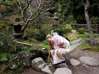 Mendengarkan 'musik air' lewat sebuah pipa bambu