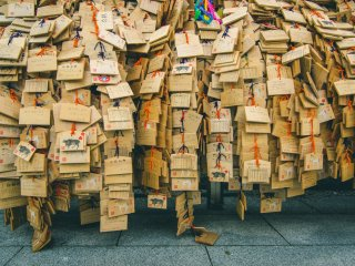These are then hung up around the shrine. Although this is a common practice at shrines across the country, they are especially plentiful at this time of year at Yushima Tenjin, with easily tens of thousands placed around the shrine grounds.