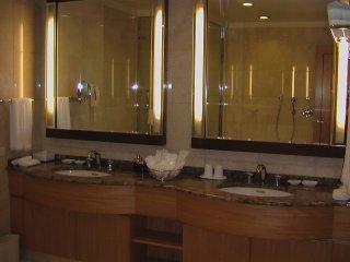 욕실에는 세면소가 두 개 있다