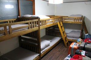 ภายในห้องพัก เตียง 2 ชั้น กับที่นอนนุ่มๆ