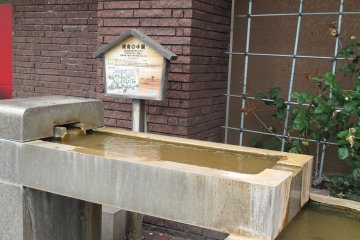 <p>บ่อน้ำพุร้อนริมถนนในเมืองโทยา</p>