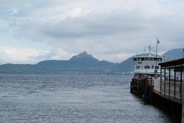 <p>ท่าเรือริมทะเลสาบโทยาอันสวยงามและโรแมนติก</p>
