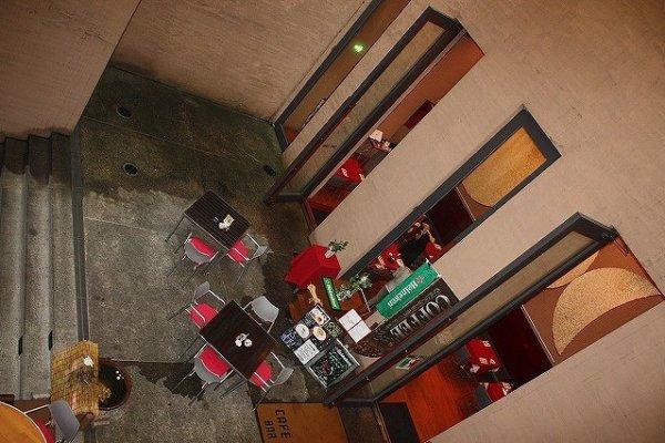 下へ降りる階段から臨む「カフェ・キューブ」外観