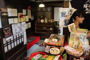 玄関を入ると土産物が売られている。奥が座敷