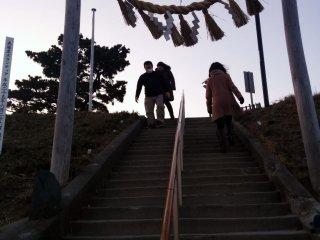 Chegando ao santuário na colina artificial. A pequena pedra que sobressai do chão no lado esquerdo foi deixada como parte do portão torii original.