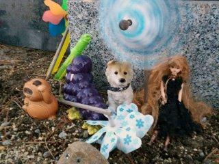 Brinquedos de crianças deixados no memorial