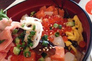 海鮮丼 / Seafood bowl (incl. ikura, shrimp, squid, salmon, egg, etc.)
