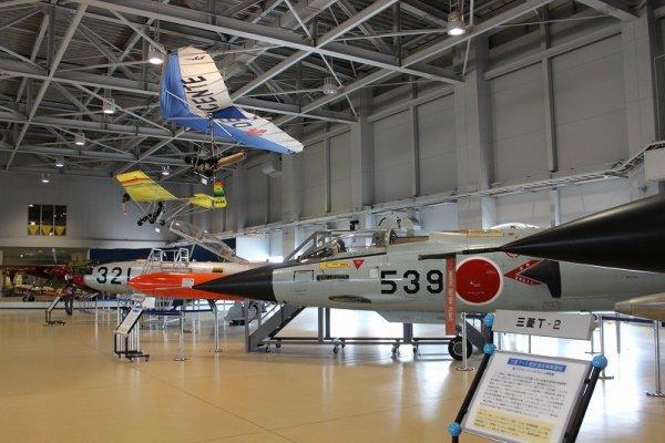 館内に展示されている飛行機の数々