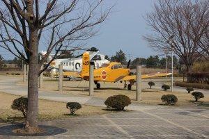外庭にも航空機が展示されている
