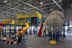 航空機の展示だけでなく、小さな子どもたちが遊んで楽しく過ごせるように体を動かして遊べる遊具がそろっている