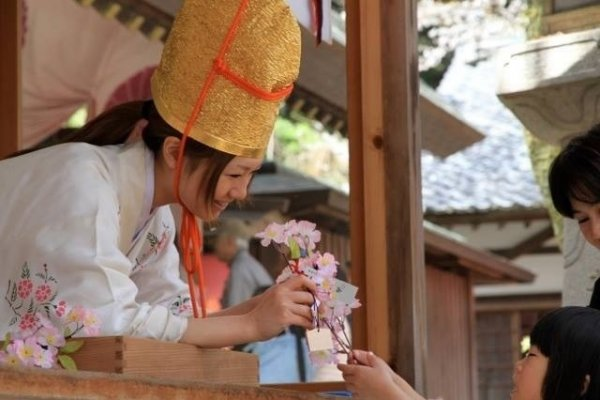 参拝者は境内で授与される小枝に幸せなど様々な願いを込めて、福娘と交換する