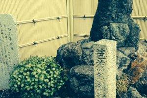 ふもとには松尾芭蕉が南北朝時代の金ヶ崎の話を聞いて詠んだとされる句の碑が置かれている。『月いづこ 鐘は沈る うみのそこ』