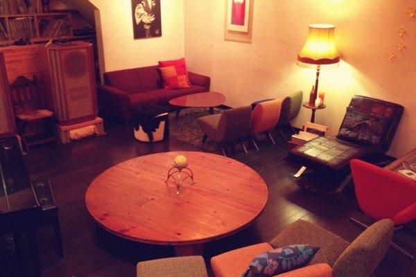 暖かい色味の間接照明に照らされた店内は、モダンな家具とアンティークが置いてありリラックスした雰囲気