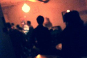 イベント時にはDJやミュージシャンの熱いステージでギャラリーも賑わう