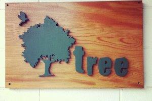 止まり木に小鳥達が羽根を休めに来る様なお店になればと付けられた名前。少しづつ年輪を重ねて大木へと成長していくようにと...