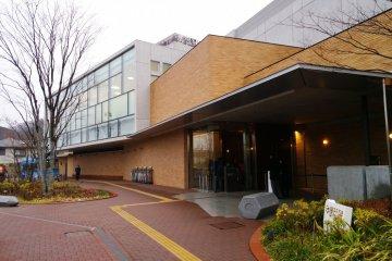 <p>บ้านปรมจารย์ &gt; ด้านหน้าของพิพิธภัณฑ์ Fujiko F. Fujio ที่น่าาหลงใหลตั้งแต่สถาปัตยกรรมตัวตึกที่ดึงดูดสายตา ซึ่งพิพิธภัณฑ์แห่งนี้ตั้งอยู่ที่เมืองคาวาซากิ (Kawasaki -City) จังหวัดคานากาว่า (Kanagawa) ที่สามารถนั่งรถไฟจากโตเกียวมาเที่ยวได้เพียงแค่ไม่กี่อึดใจ</p>