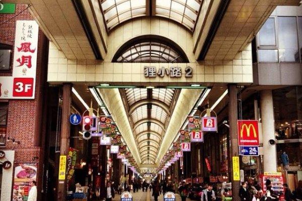 ถนนคนเดินทะนุกิ โคจิแบ่งเป็น7บล็อค มีร้านค้าจำนวนมากตลอดสองข้างทาง หมดกังวลเรื่องสภาพอากาศเพราะที่นี่มีหลังคาคลุมตลอดทั้งทางเดิน