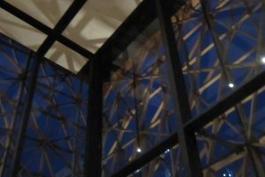 高い天井からは外光が射し込む設計だ