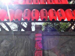 外塀を飾る赤い提灯