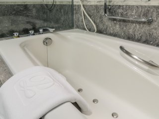 Один из лучших моментов этой комнаты повышенной комфортности в том, что комфорт распространяется не только на спальню.Ванная комната удивительна, с прекрасной стеклянной душевой кабиной и джакузи, чтобы помочь вам расслабиться после долгого дня путешествия или деловых встреч.