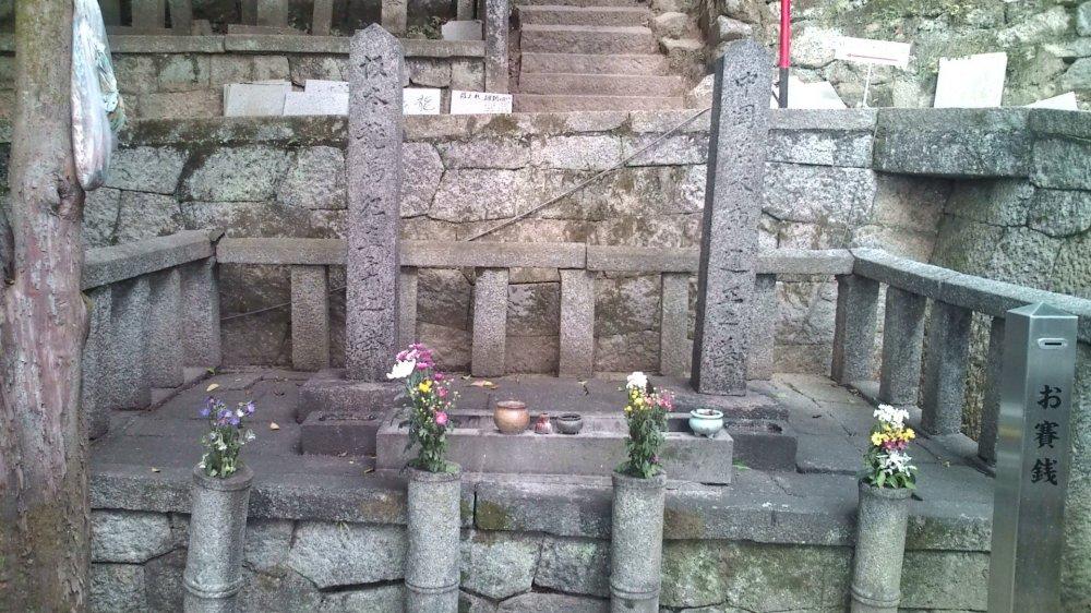 사카모토 료마와 그의 가장 친한 친구인 나카오카 신타로 무덤. 이들은 도사 출신 사무라이로 메이지 유신 한 달 전인 1867년 12월 10일 밤 교토의 오미야 여관에서 함께 암살됐다. 그는 31살이었다