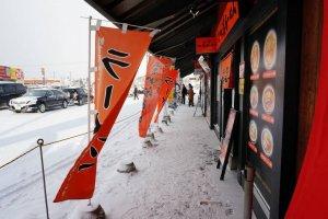 หมู่บ้านราเมนอะซาฮิคาว่า (Asahikawa Ramen Village) เป็นอาคารหลังยาวหลังเดียวที่มีร้านราเมนชื่อดัง 8 ร้านที่แสดงฝีมือการปรุงให้ลูกค้าได้ลิ้มลองและยังมีเรื่องราวความเป็นมาของราเมนจัดแสดงให้ชมอีกด้วย