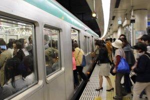 京都駅の乗降客が最も多いが、東京の地下鉄のような超過密な混雑はない。車内も綺麗だ