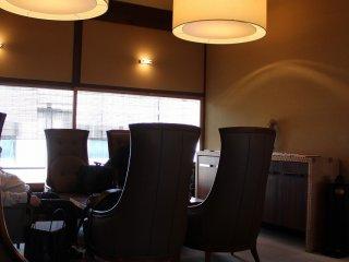 室町・和久傳カフェ店内。重厚ながらとても落ち着いた雰囲気だ