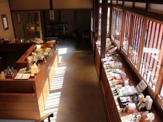 入り口をくぐると和菓子の売店