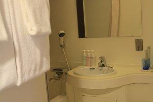 ห้องน้ำที่จัดสรรพื้นที่ได้อย่างลงตัวและมีของใช้ครบครัน