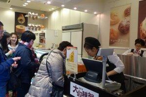ภายในร้าน พนักงานสามารถสื่อสารภาษาอังกฤษได้นิดหน่อย