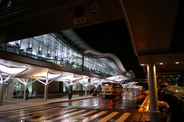 Paragem de Autocarro do Aeroporto de Sendai à noite