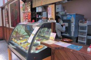 ร้านไอศกรีมที่ซ่อนตัวอยู่หลังร้านขายของแบบถ้าแค่เดินผ่านก็คงอดกิน