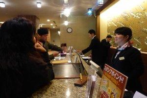 พนักงานโรงแรมสามารถสื่อสารภาษาอังกฤษได้ และอัธยาศัยดีเยี่ยม แม้ตอนที่รบกวนให้โทรจองร้านอาหารที่ไม่เกี่ยวข้องกับทางโรงแรม พนักงานก็คอยประสานให้อย่างดี
