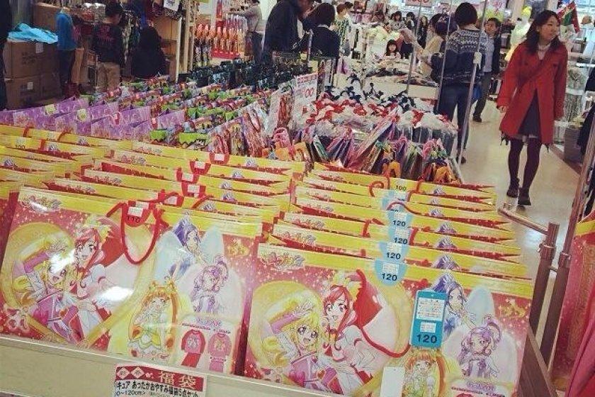 เทศกาลLucky Bag จะมีถุงสินค้าหลากหลายราคาให้เลือกสรร ข้างในก็จะมีของที่คนซื้อต้องมาลุ้นเองว่าจะได้อะไร นี่จึงเป็นอีกสีสันหนึ่งของการช็อปปิ้งในเทศกาลปีใหม่ของชาวญี่ปุ่น