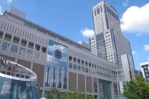 ห้างสรรพสินค้าชื่อดังหลากหลายแห่ง อาทิเช่น Daimaru, ESTA, Stella Place บริเวณใกล้กับสถานีรถไฟ JR Sapporo
